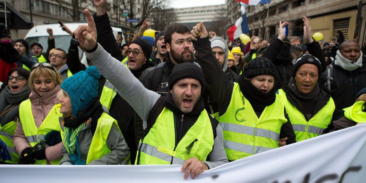 Carro atropela manifestantes dos coletes amarelos na França