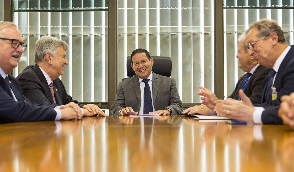 Para diplomatas estrangeiros, Mourão é o 'adulto na sala'