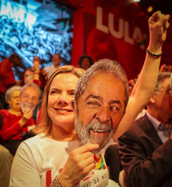 Gleisi tuíta: 'o PT jamais abandonará Lula'