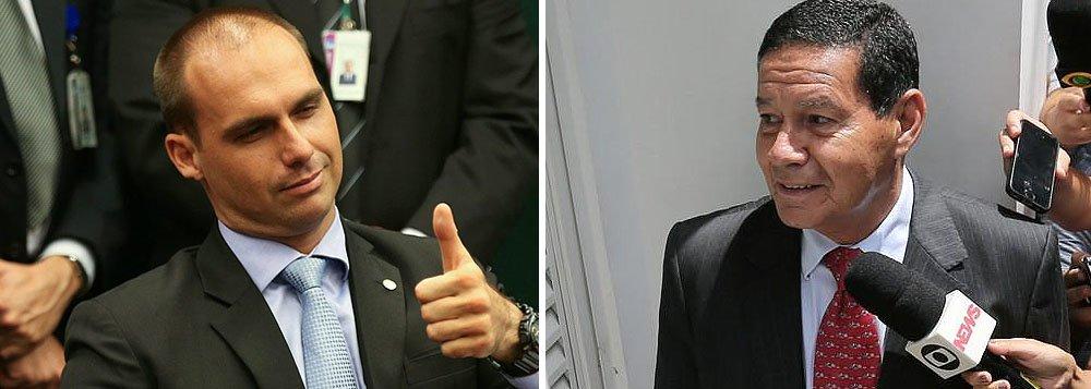 Filho de Bolsonaro pede que sociedade julgue comportamento de Mourão