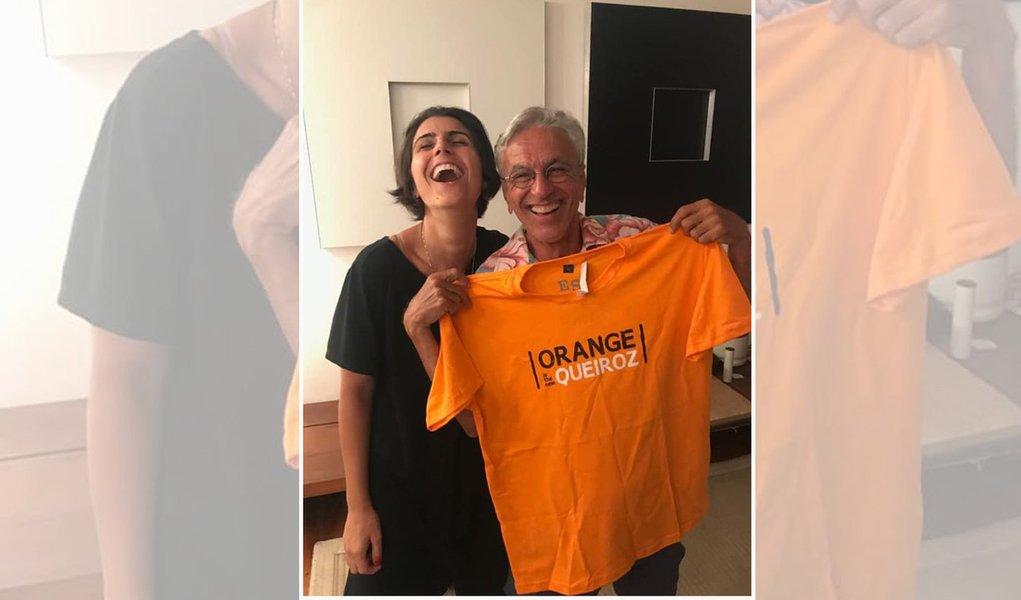 """Manuela presenteia Caetano com camiseta """"Orange is The New Queiroz"""""""
