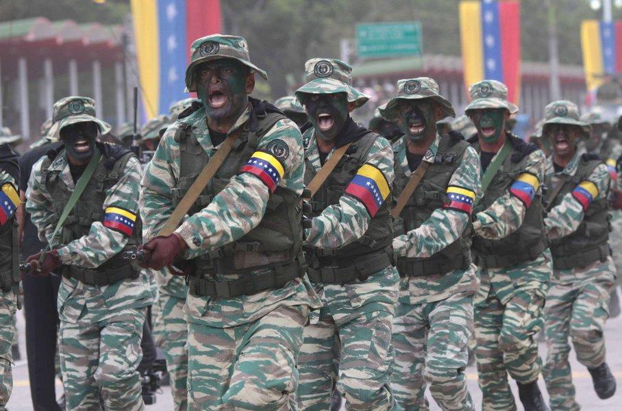 Forças Armadas venezuelanas manifestam lealdade a Maduro