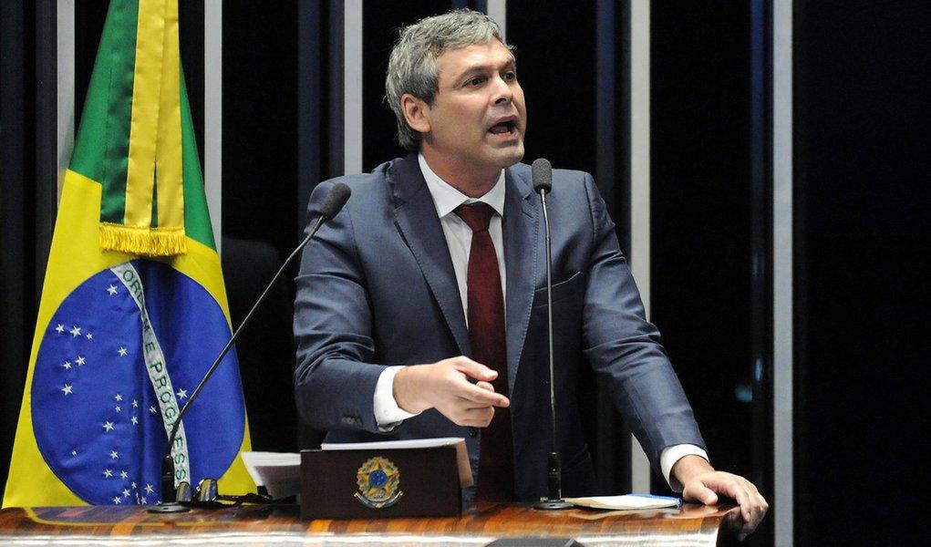 Juíza do Rio suspende direitos políticos de Lindbergh Farias