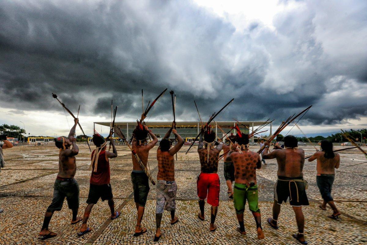 'Sangue Indígena, Nenhuma Gota a Mais': povos indígenas protestam contra ameaças