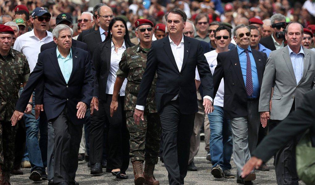 O regime é dos militares e Bolsonaro seu herói