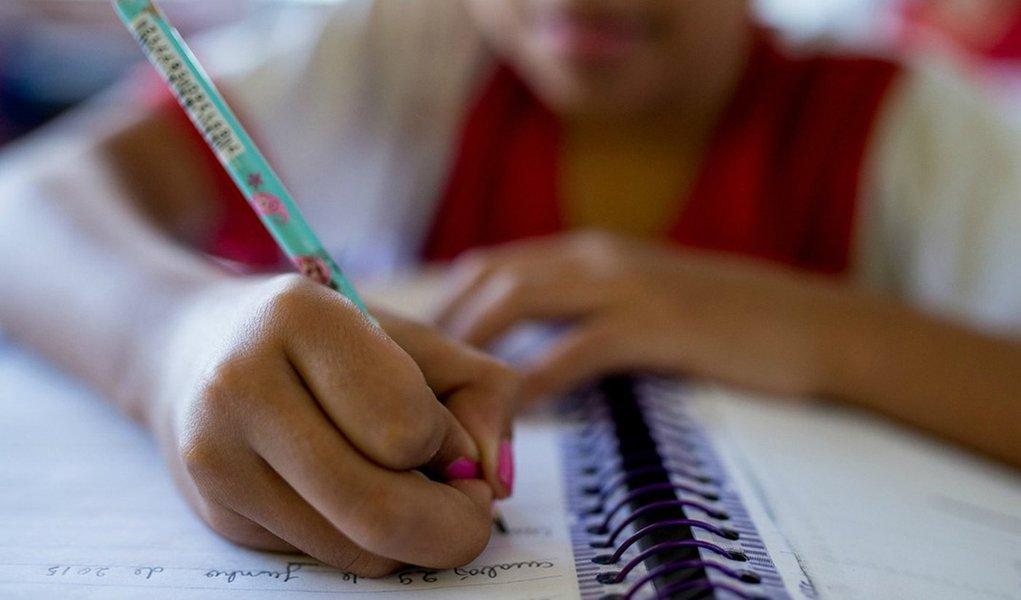 Mais da metade dos alunos de 14 a 17 anos têm nota insuficiente em Português e Matemática