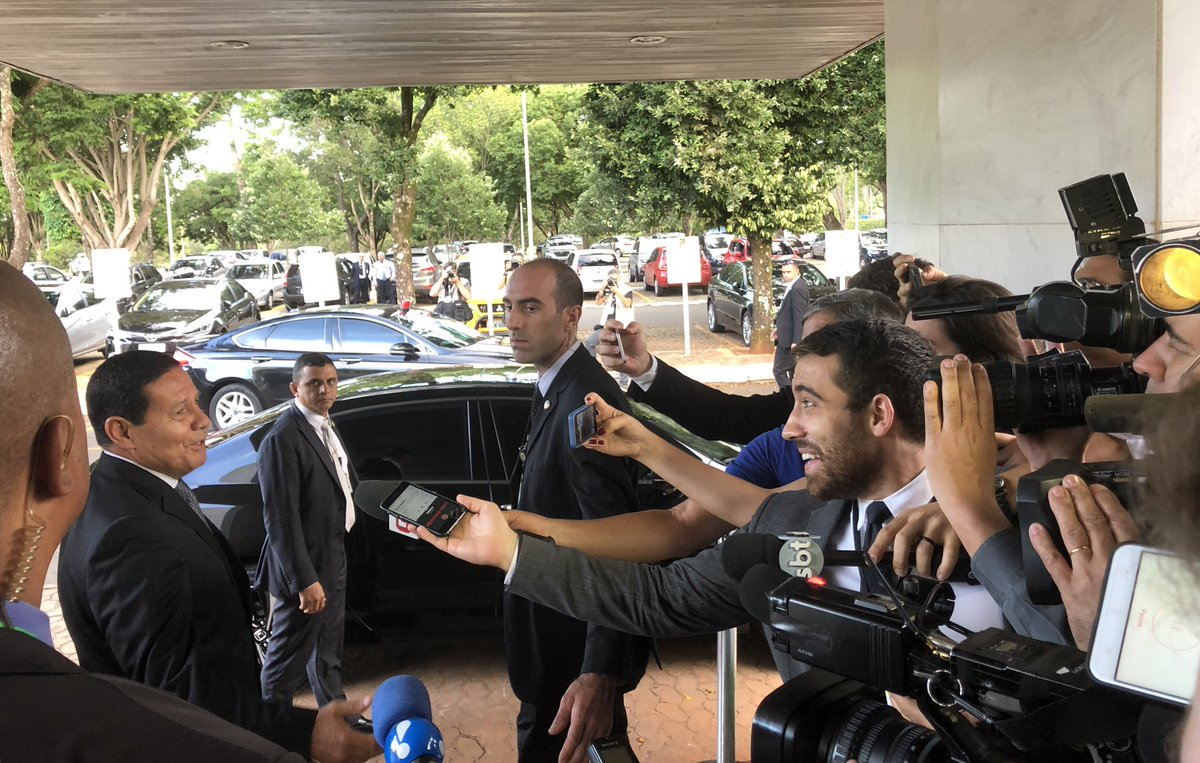 Enquanto Bolsonaro foge de coletiva, Mourão exalta a imprensa