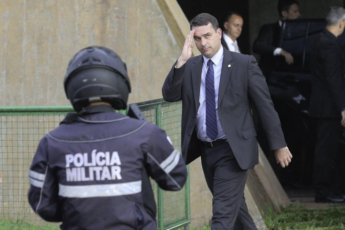 Flávio Bolsonaro ficou toda a manhã do sábado no Alvorada, com o pai