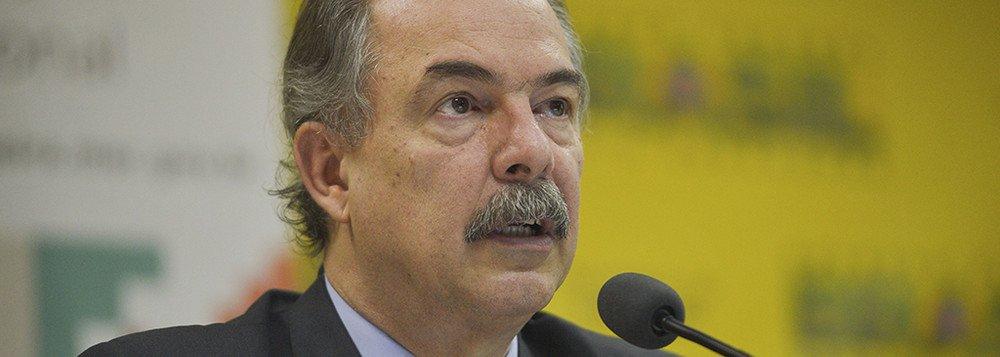 Mercadante: Bolsonaro coloca em risco Enem e a política educacional