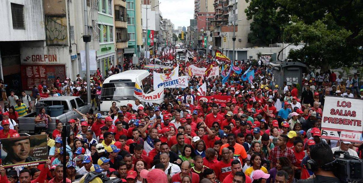 Partidários de Maduro também vão às ruas defender país do golpe