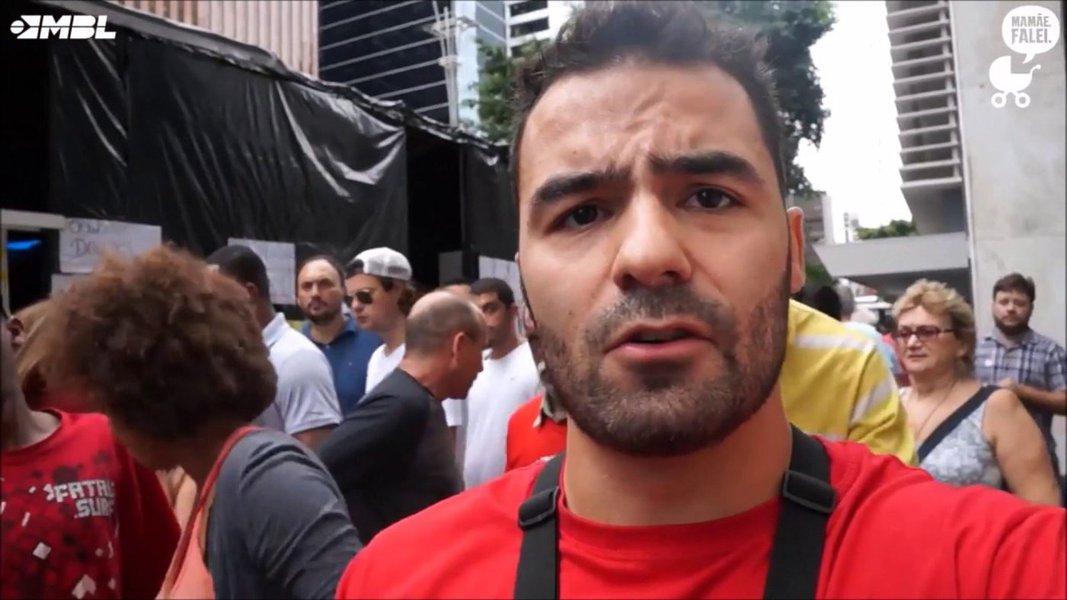 Até Arthur Mamãe Falei já pede a renúncia de Flávio Bolsonaro