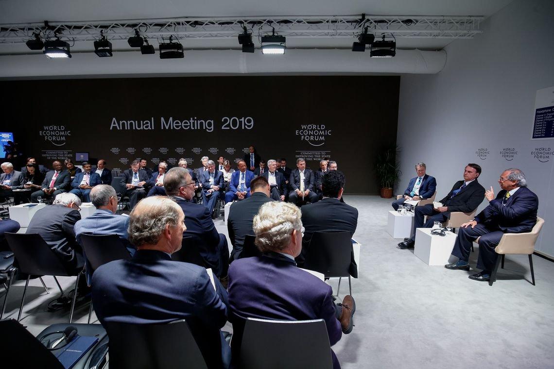A empresários em Davos, Bolsonaro diz que tirou comunismo do poder
