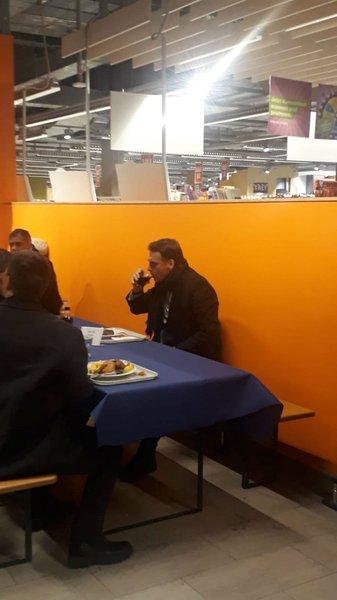 Sem prestígio e sem agenda, Bolsonaro almoça sozinho em Davos
