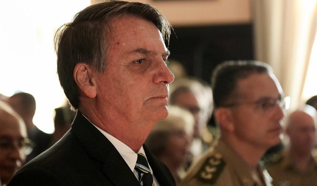 Bolsonaro, sem rumo, tenta romper o cerco