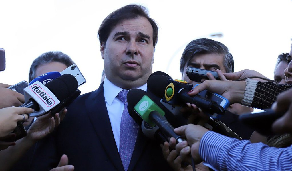 Maia assume interinamente a Presidência do Brasil