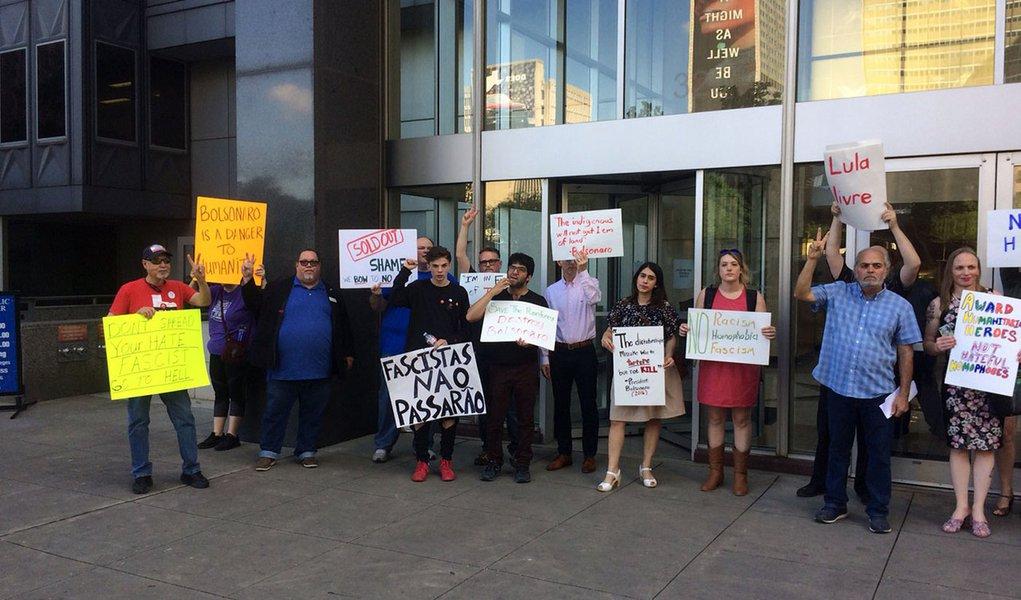 Dallas, cidade que não convidou Bolsonaro, o recebe com protestos