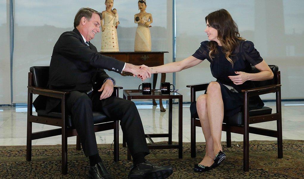 Sem resolver crises, Bolsonaro compra elogios na TV