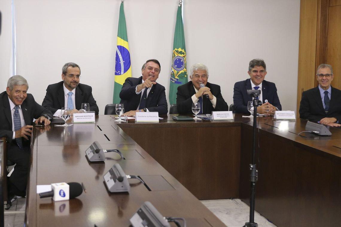 Bolsonaro diz a estudante que corte nas verbas da educação 'não é por maldade'