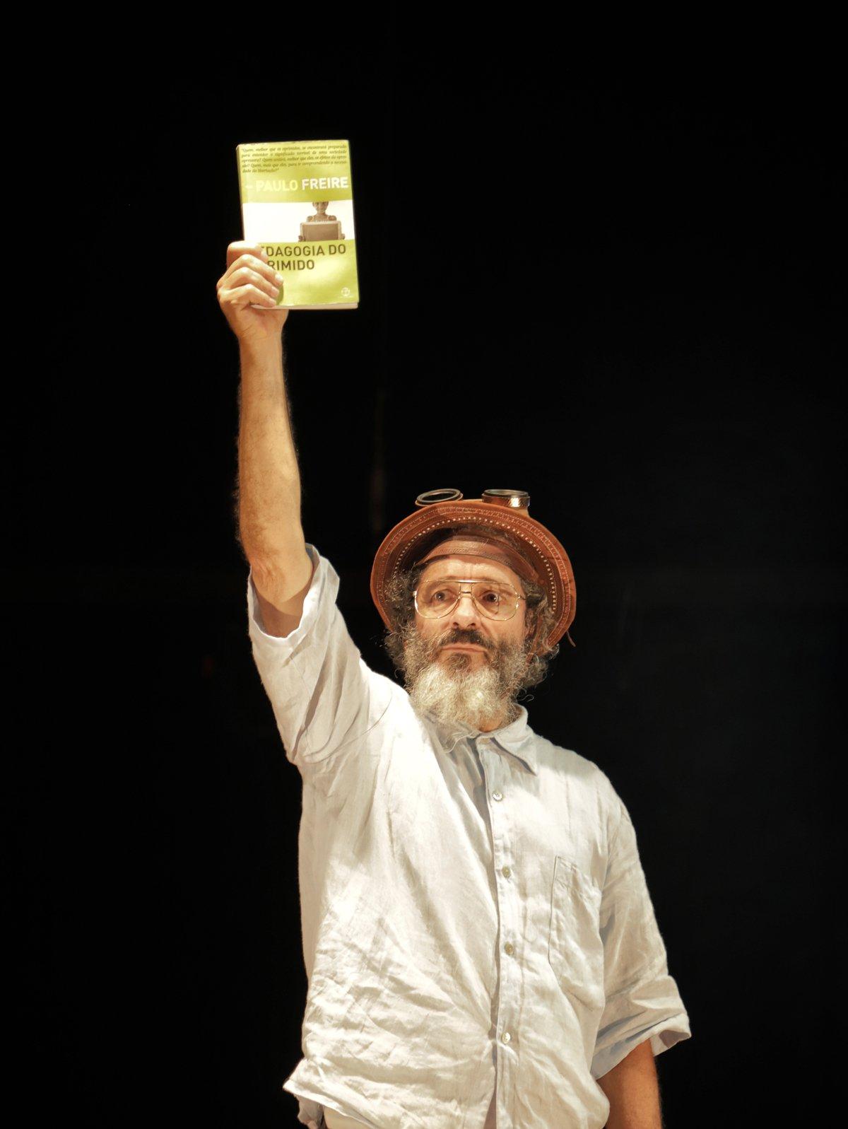 Peça de teatro celebra obra de Paulo Freire