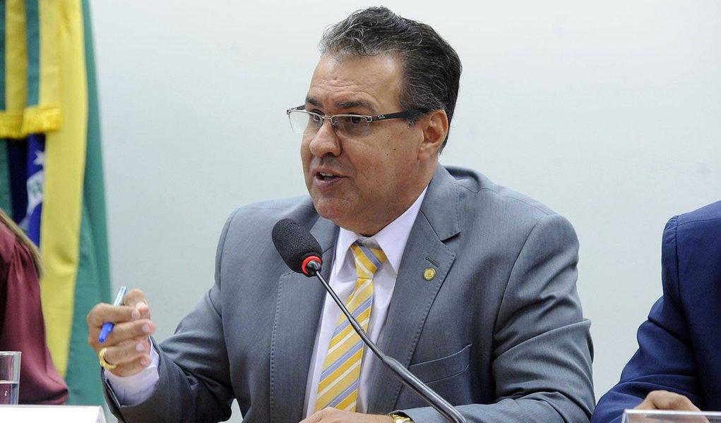 Líder de bancada da bala confessa ver risco de impeachment para Bolsonaro