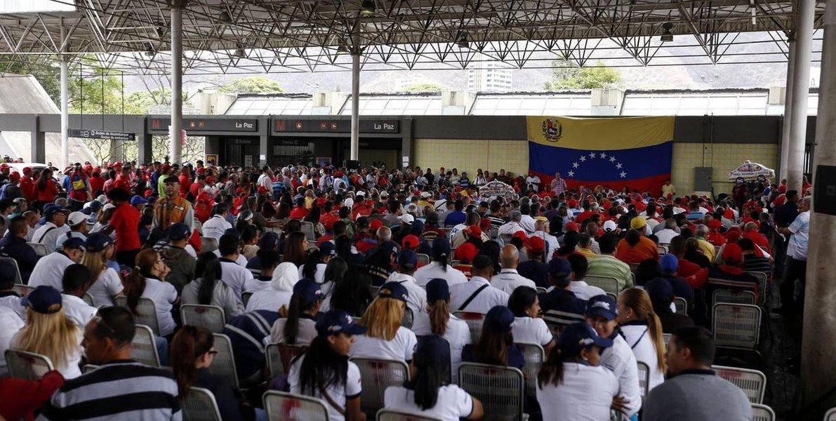 Venezuelanos debatem solução política para crise no país