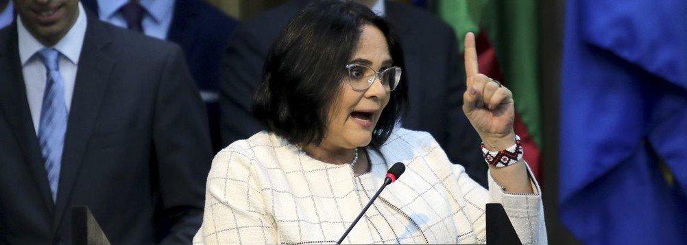 Damares pede demissão, Bolsonaro nega, mas ela diz que fica só até quando saúde aguentar