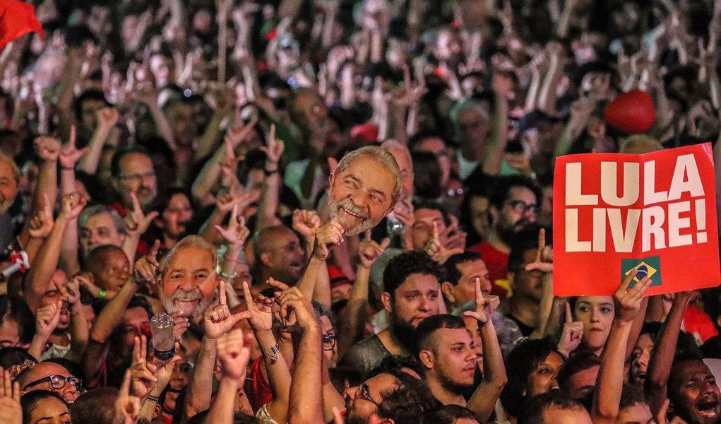 Em manifesto, artistas e intelectuais pedem Lula Livre
