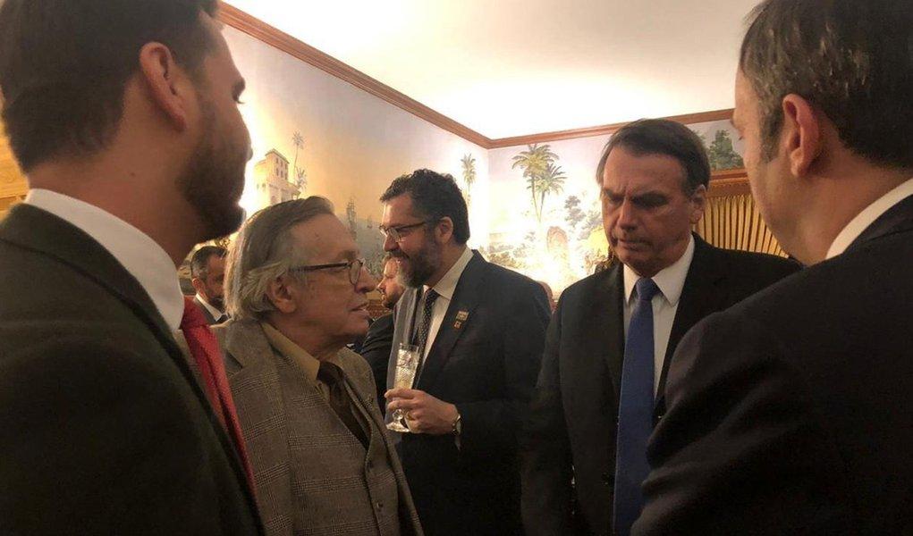 Bolsonaro volta a liberar ataques de Olavo: é dono do próprio nariz