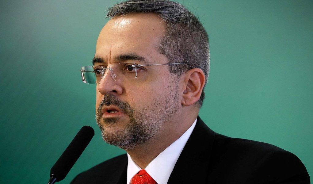 Ministro da Educação abre guerra contra universidades