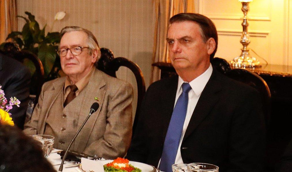Bolsonaro condecora Olavo, mas ignora Maia e Toffoli