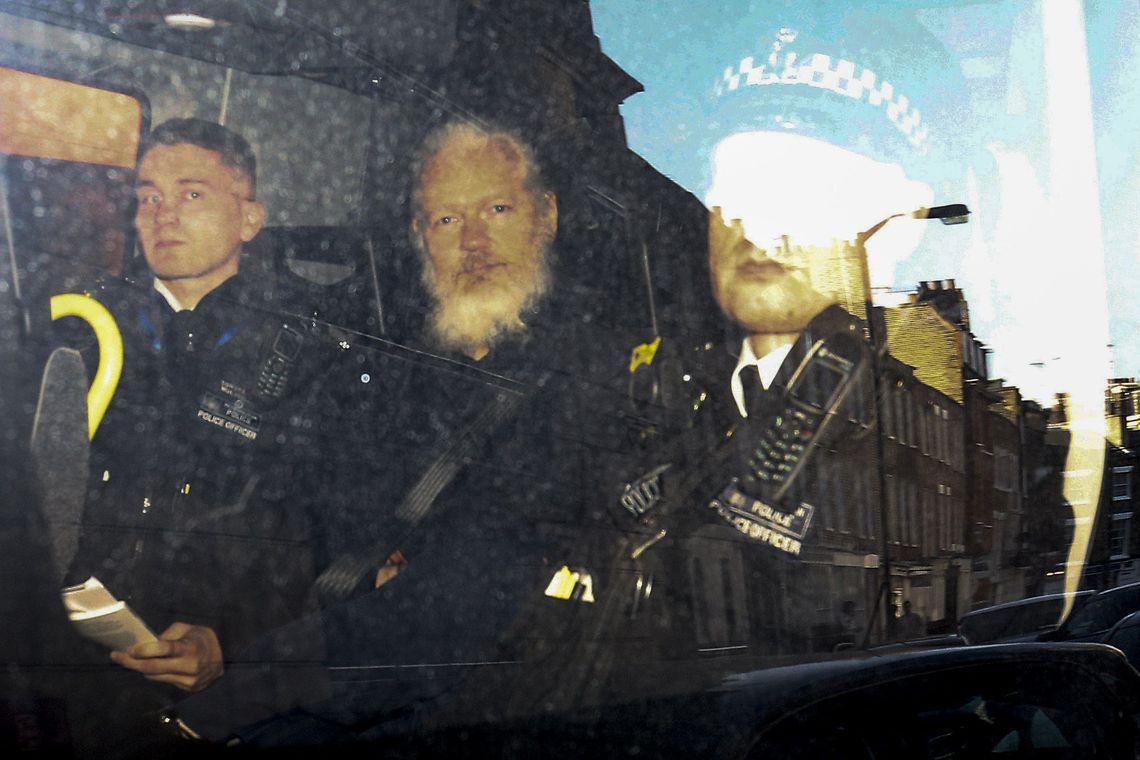 Julian Assange é condenado a 1 ano de prisão sob alegação de violar condicional