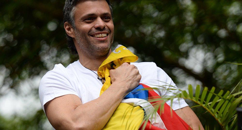 Líder da oposição sai de prisão pregando golpe contra Maduro