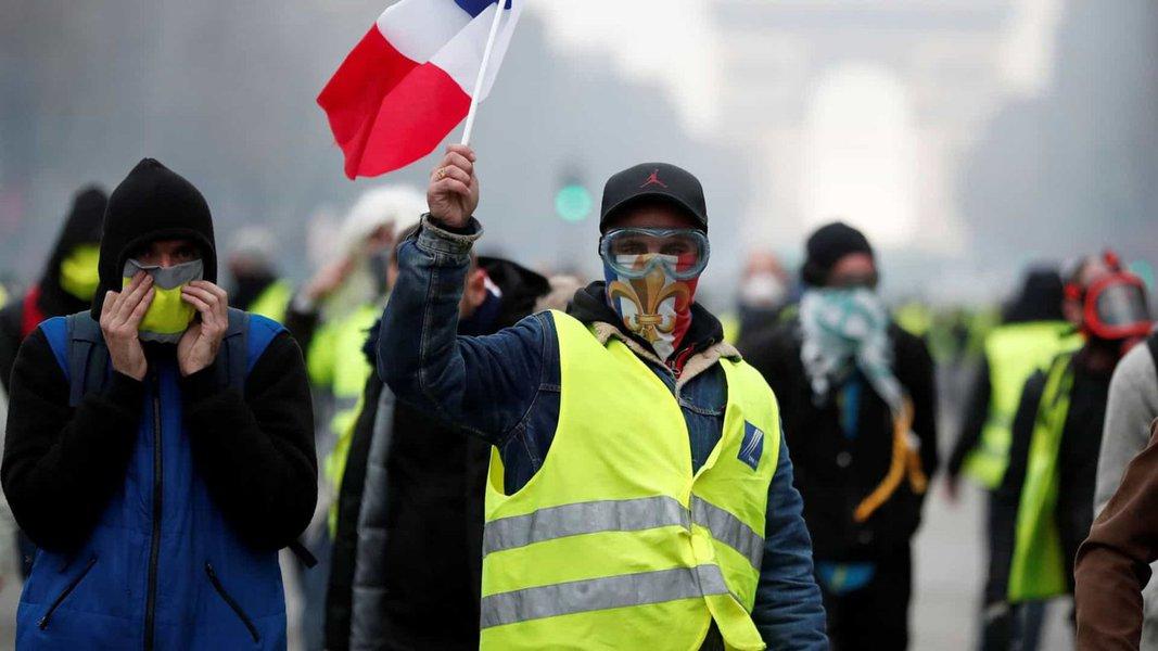 Medidas anunciadas por Macron não satisfazem 'coletes amarelos', que fazem 24° protesto
