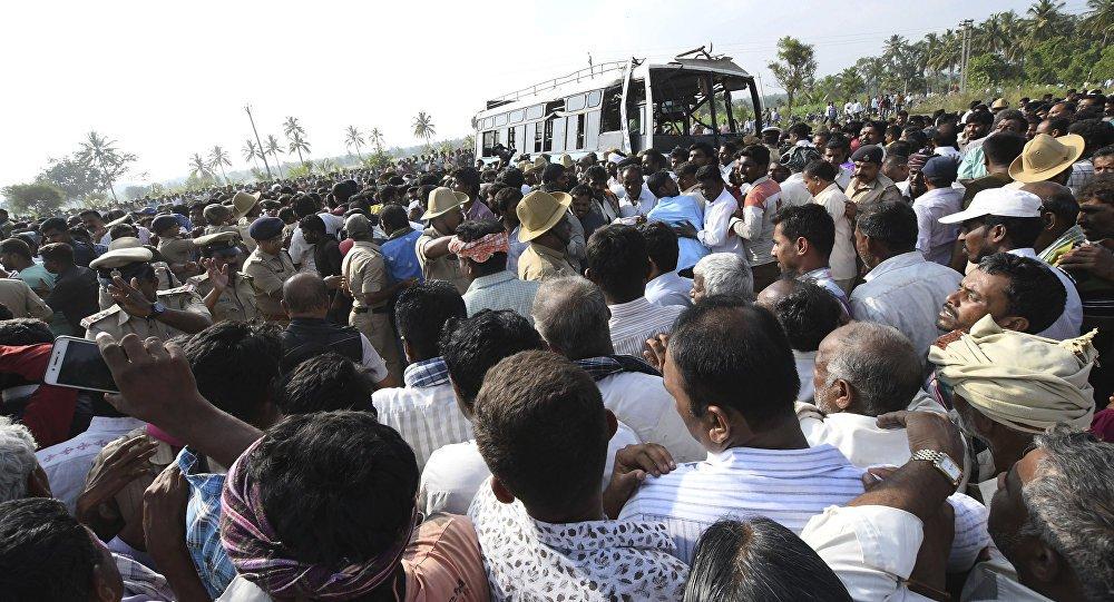 Índia: ônibus despenca de precipício e 12 pessoas morrem