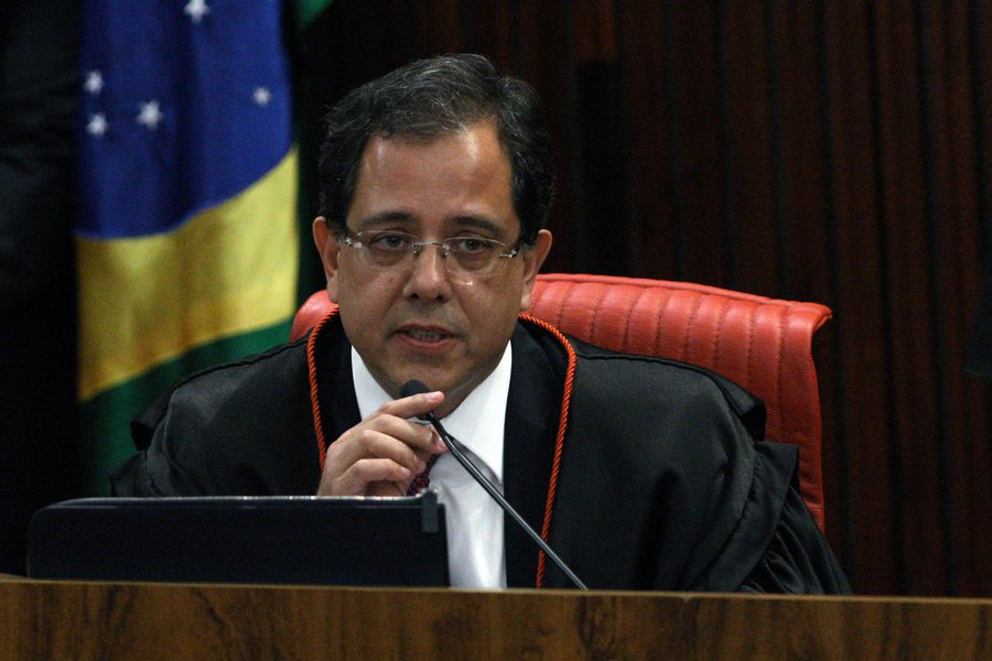 Bolsonaro nomeia advogado Sérgio Banhos para o TSE