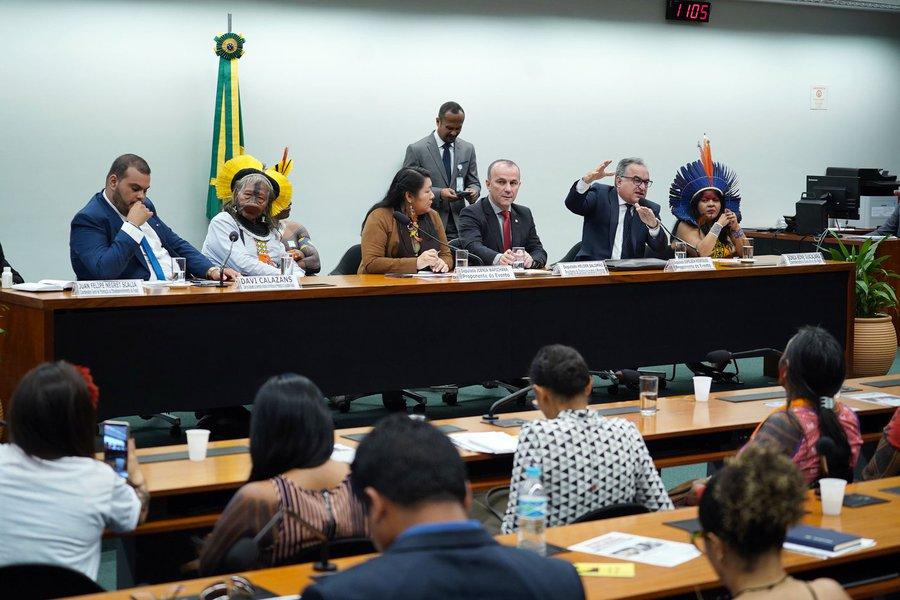 Indígenas vaiam representante do governo em audiência sobre desmonte da Funai