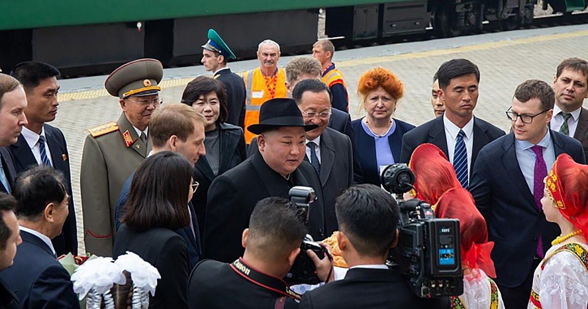 Putin recebe Kim Jong-un com honras militares