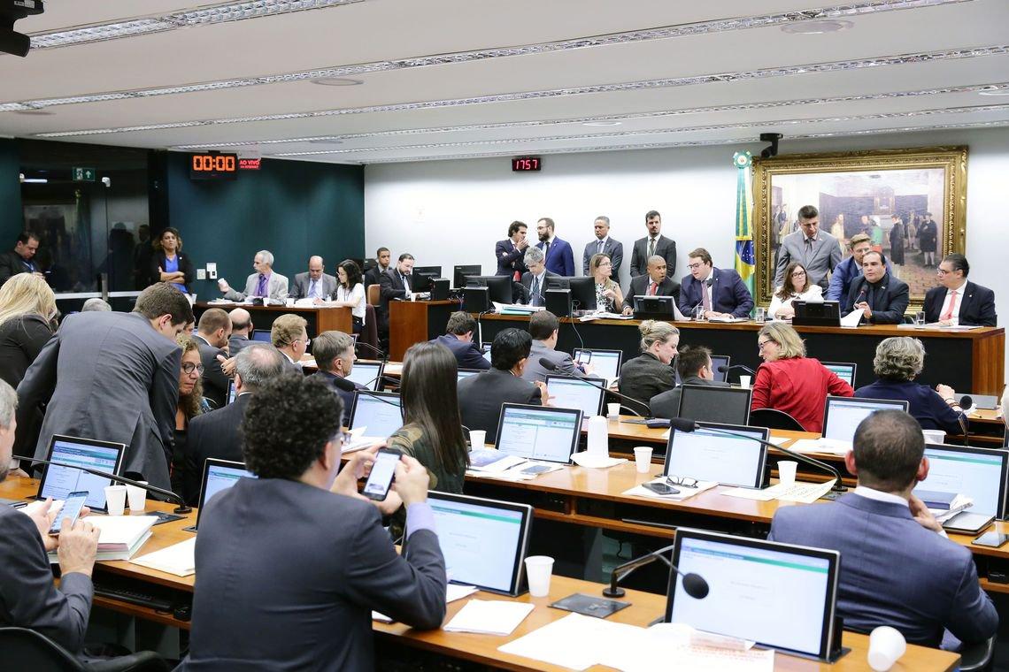 Governo e Maia ligam rolo compressor e CCJ  aprova proposta de reforma da Previdência