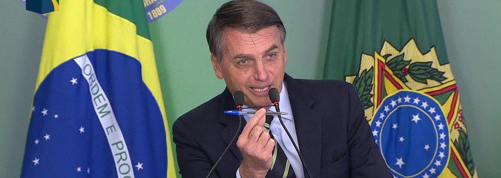 Com uma canetada, Bolsonaro joga a História no lixo