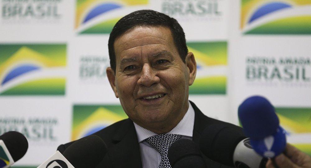 'Não se trata de curtida': Carlos Bolsonaro conspira contra Mourão e internautas respondem