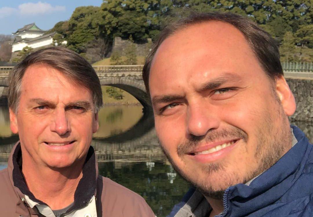 Bolsonaro mantém acesso de filho às redes sociais e reabre crise com Mourão
