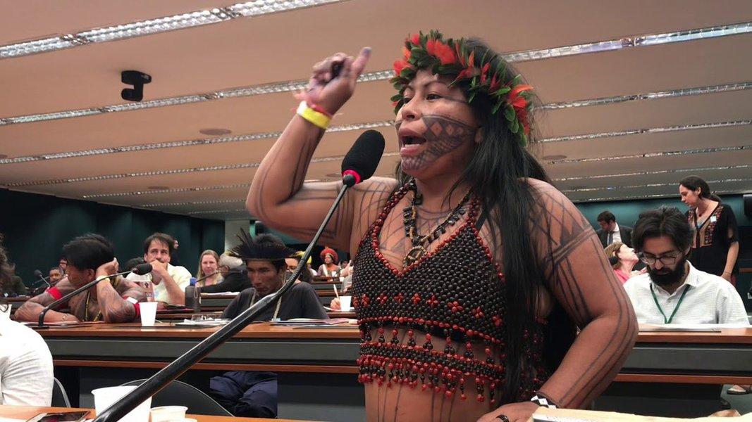 Alessandra Munduruku: querem arrancar nossas raízes, mas elas são fortes
