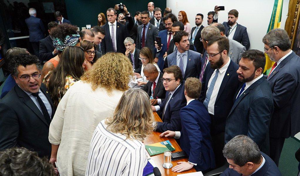 Governo sofre derrota na Câmara e votação da Previdência é adiada