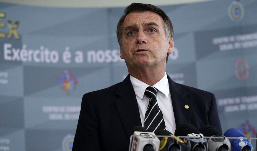 Bolsonaro volta a prometer facilidades para porte de armas de fogo