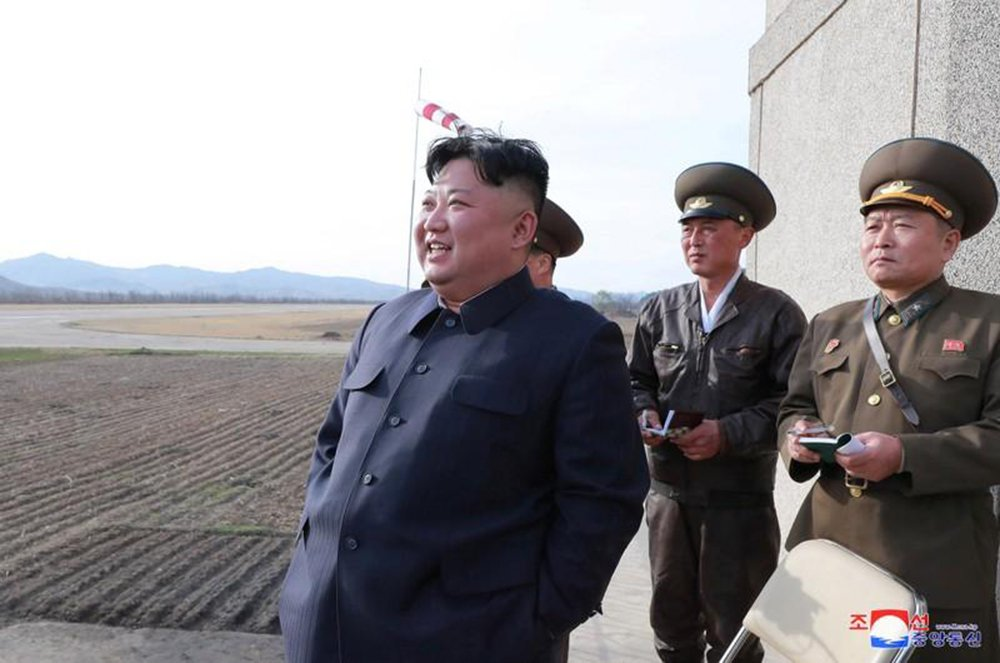 Kim Jong Un supervisiona teste de nova arma tática guiada