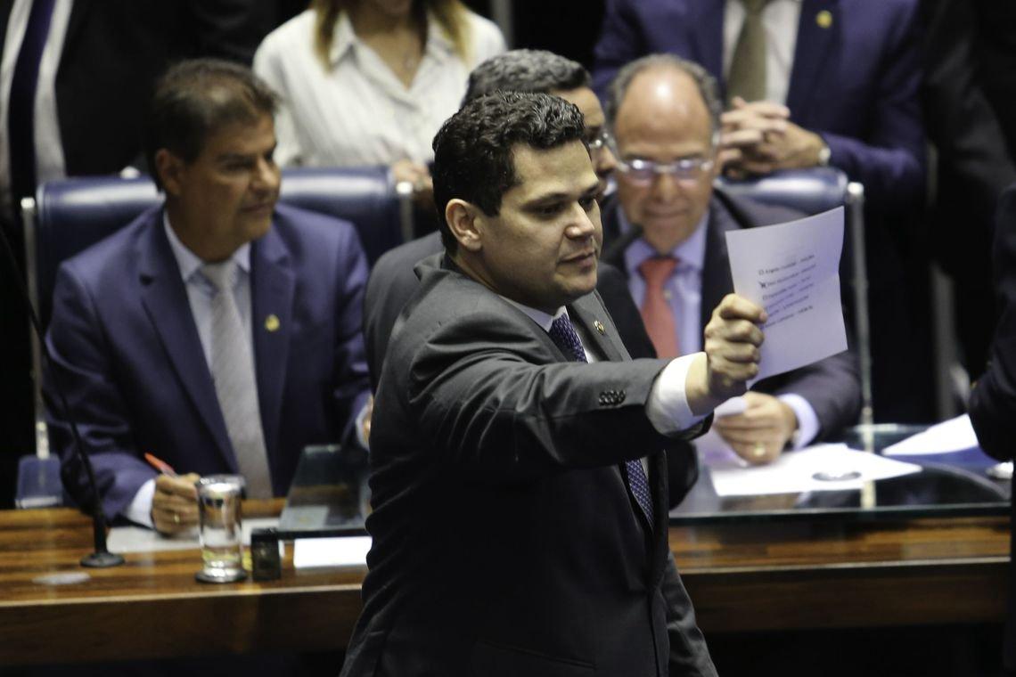 Presidente do Senado gasta R$ 1 mi em gráficas mas não quer dizer o que imprimiu
