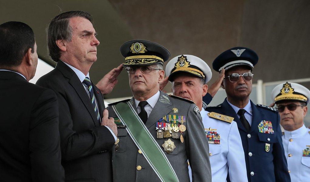 Bolsonaro diz que Exército 'transpira democracia e liberdade'