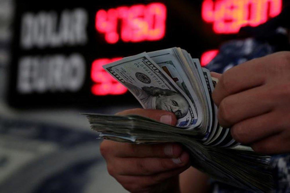 Dólar supera R$3,90 e fecha no maior nível do mês