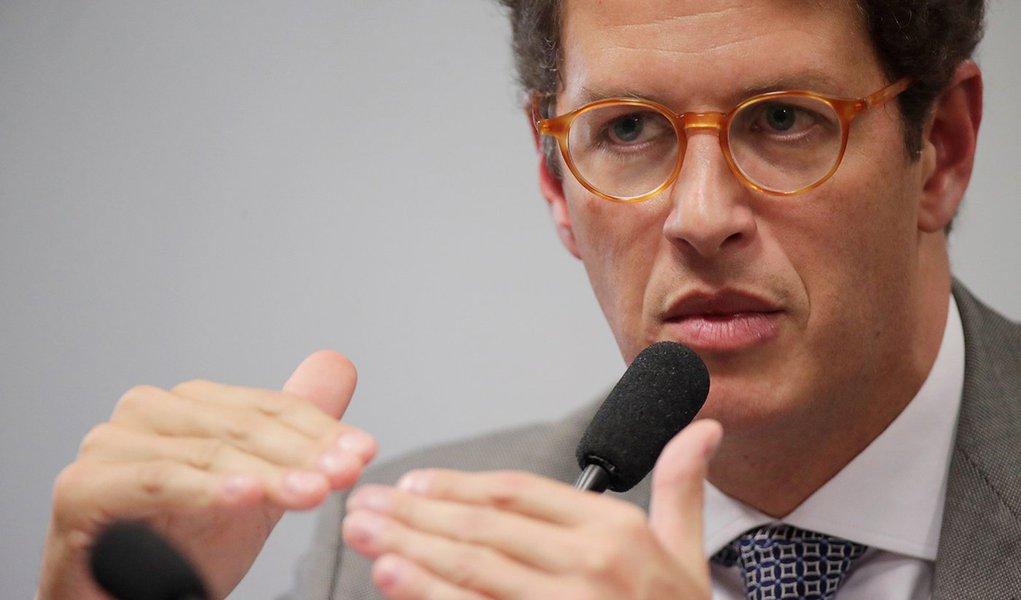 Salles segue recomendação de Bolsonaro e coloca militares em postos de comando