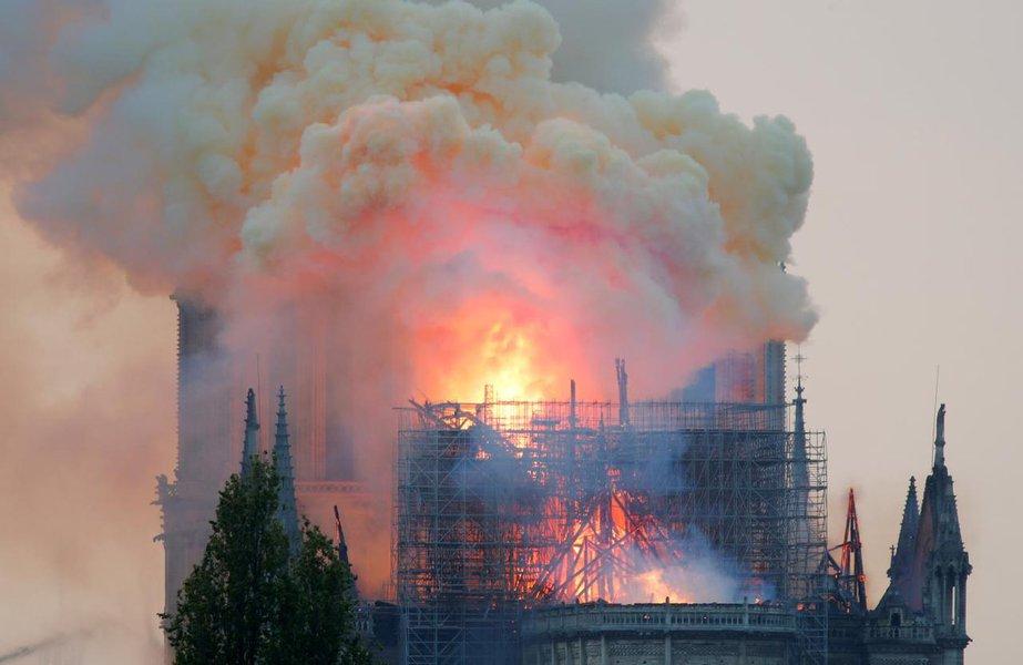 Pelo Twitter, Bolsonaro lamenta incêndio em Notre Dame